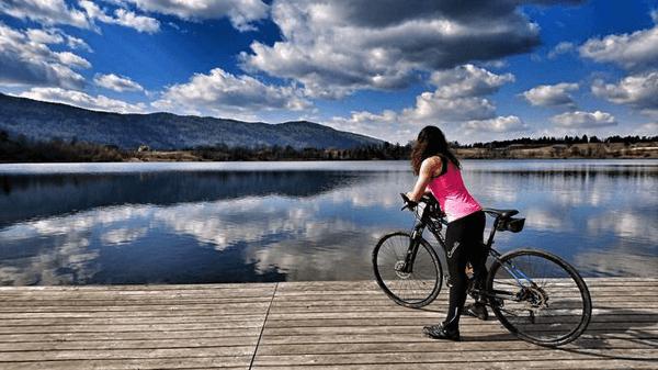 Manca Korelc_ob jezeru